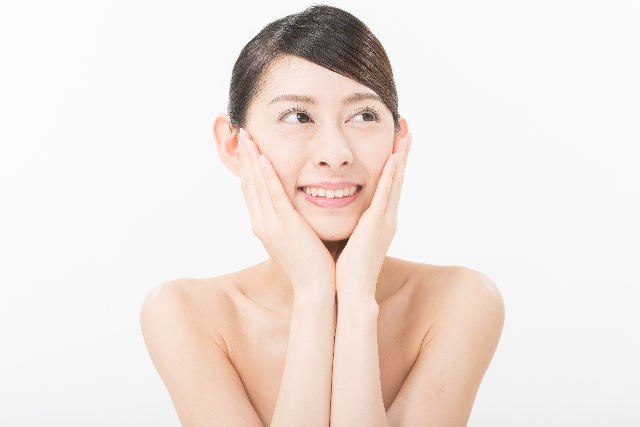両手をほほにあてる日本人美人女性