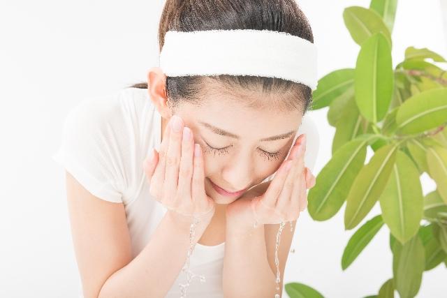顔を洗う日本人美人女性