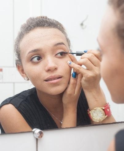アイメイクする黒人美人女性