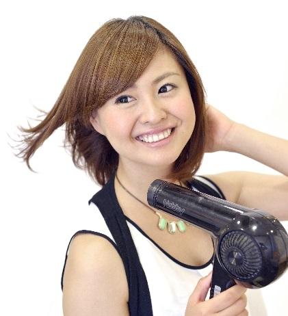 髪を乾かす二重の日本人女性