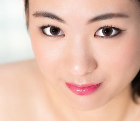分厚いまぶたの上目使いの日本女性